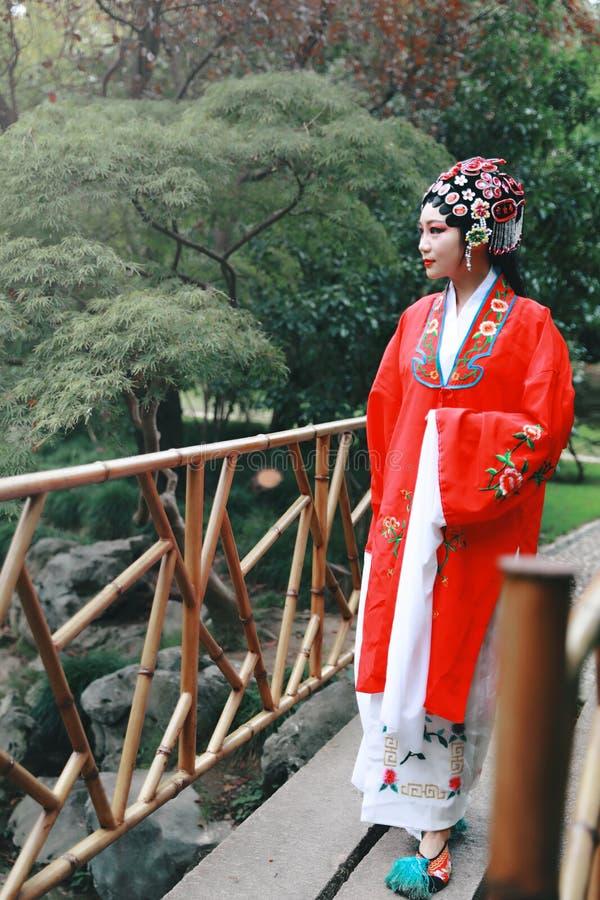 Aisa voert de Chinese van de Operakostuums van vrouwenpeking Peking van de het Paviljoentuin van het de roldrama van China tradit royalty-vrije stock afbeelding