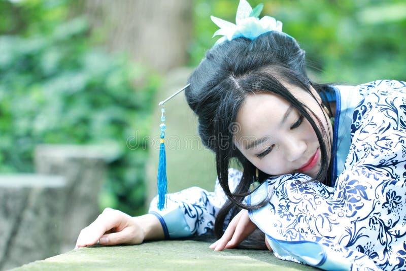 Aisan Chińska kobieta w tradycyjnej Błękitnej i białej Hanfu sukni, zwłoka czas w sławnym ogródzie fotografia stock