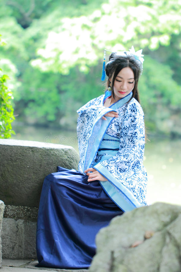 Free Aisan Chinese Woman In Traditional Blue And White Hanfu Dress, Kill Time In A Famous Garden Royalty Free Stock Photography - 93537017
