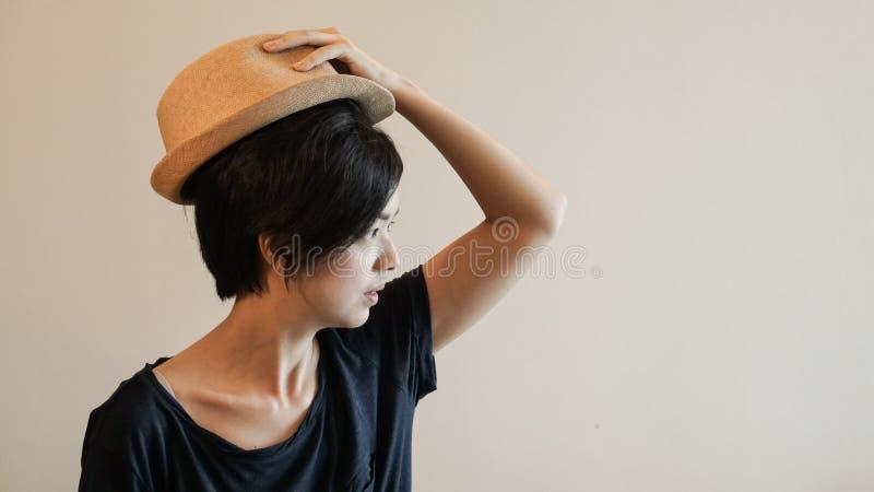 Aisan för kort hår för stil för ny generationhipsterliv kvinna med Co royaltyfri bild