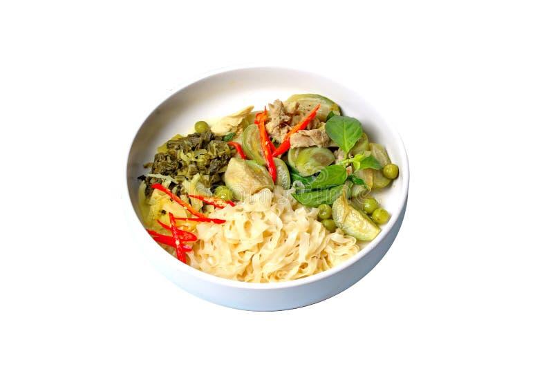 Aislado de la comida tailandesa popular, los tallarines chinos con curry verde del pollo en leche de coco remataron la hierba foto de archivo