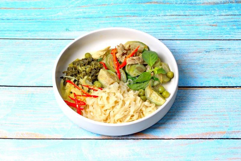 Aislado de la comida tailandesa popular, los tallarines chinos con curry verde del pollo en leche de coco remataron la hierba fotos de archivo libres de regalías