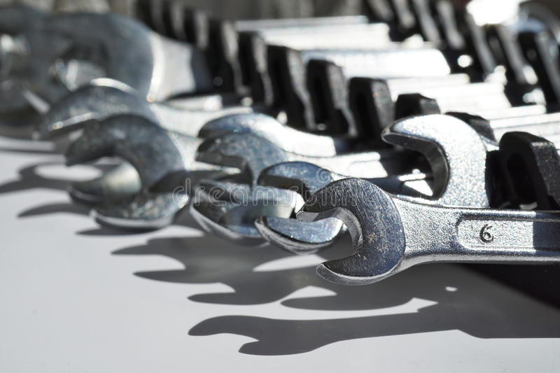 Aislado determinado de las llaves inglesas de plata y de x28; desplazamiento o spanners& ajustable x29; imagen de archivo