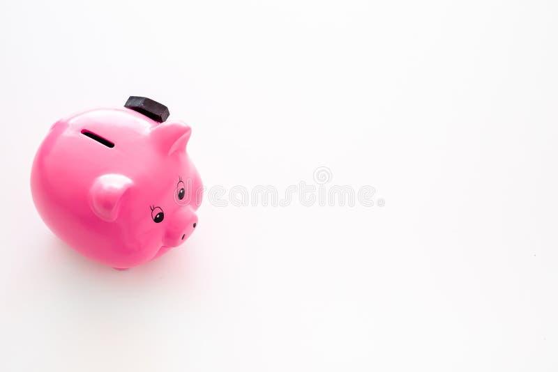 Aislado en blanco Moneybox en la forma del cerdo cerca del martillo en el espacio blanco de la copia del fondo imágenes de archivo libres de regalías