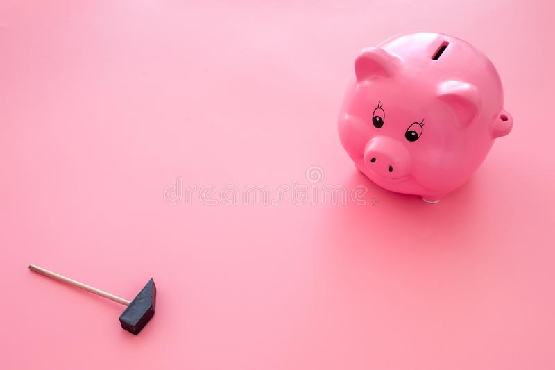 Aislado en blanco Moneybox en la forma del cerdo cerca del martillo en espacio rosado de la copia del fondo imagen de archivo libre de regalías