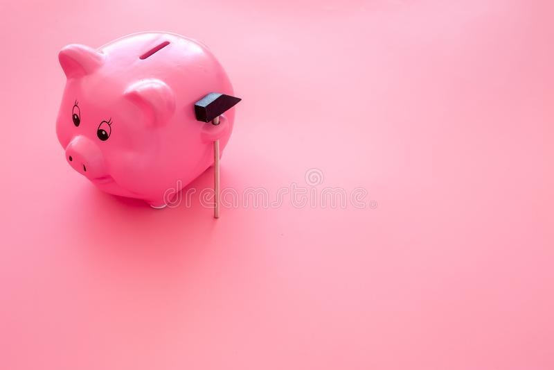 Aislado en blanco Moneybox en la forma del cerdo cerca del martillo en espacio rosado de la copia del fondo fotos de archivo libres de regalías