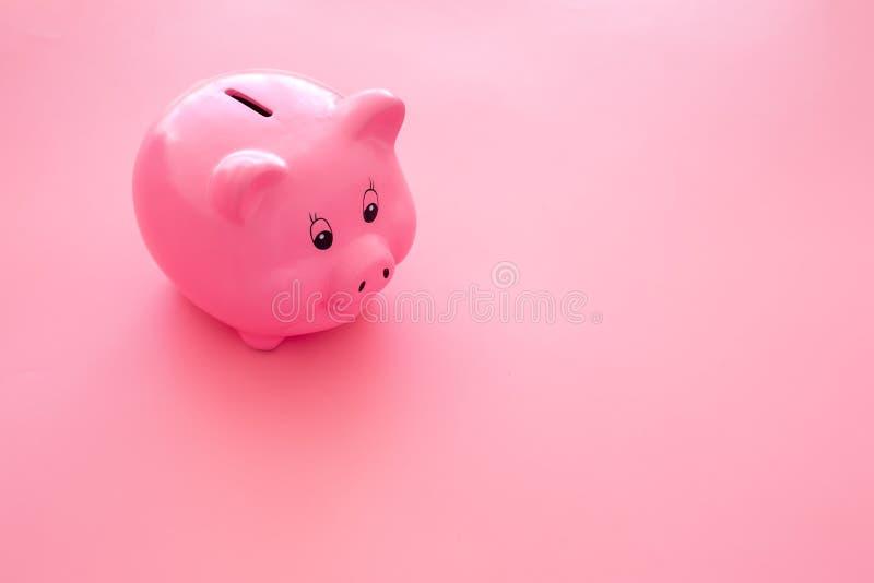 Aislado en blanco Moneybox en la forma del cerdo en espacio rosado de la copia del fondo imagen de archivo