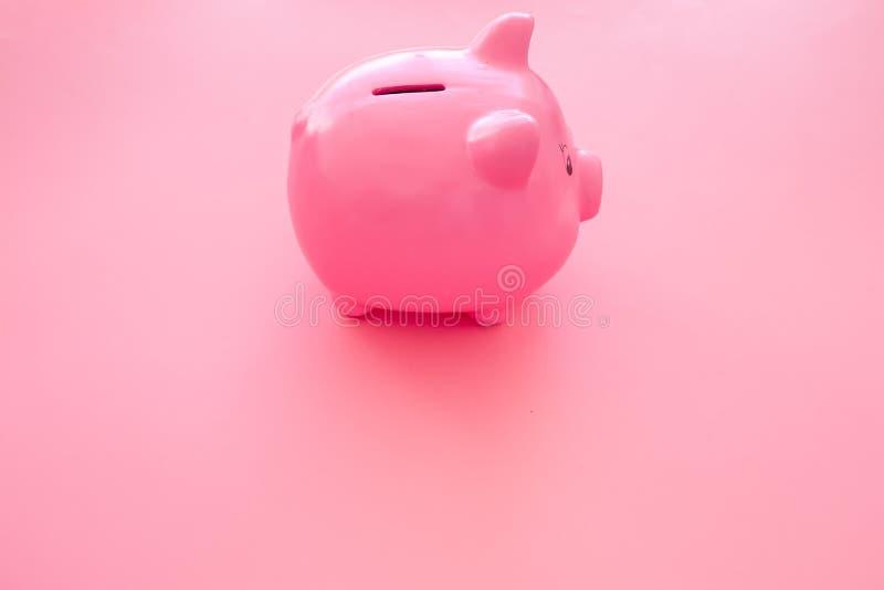 Aislado en blanco Moneybox en la forma del cerdo en espacio rosado de la copia del fondo fotografía de archivo