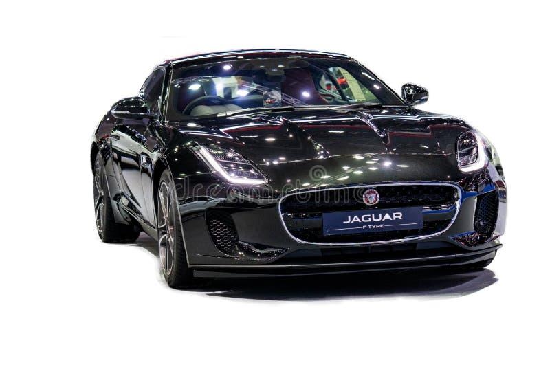 Aislado en el fondo blanco del modelo 2018 del coche de Jaguar F-TYPE d imagenes de archivo