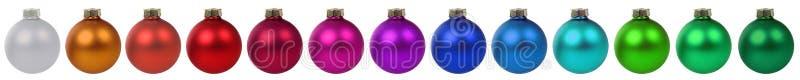 Aislador colorido de la frontera de la decoración de las chucherías de las bolas de la Navidad en fila imagen de archivo libre de regalías