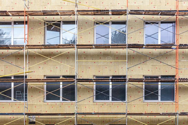 Aislamiento de calor exterior de la pared de la casa con lanas minerales Protecci?n termal del edificio imagenes de archivo