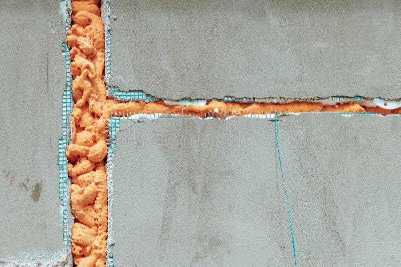 Aislamiento de la espuma de poliuretano en pared fotografía de archivo