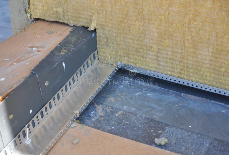 Aislamiento del ático con la impermeabilización y la instalación de tablas del asfalto fotos de archivo libres de regalías