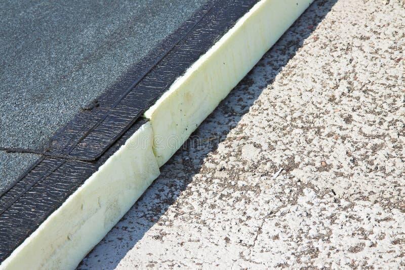 Aislamiento térmico del tejado con los paneles del poliestireno cubiertos con la membrana impermeable bajo perorata concreta - im fotos de archivo