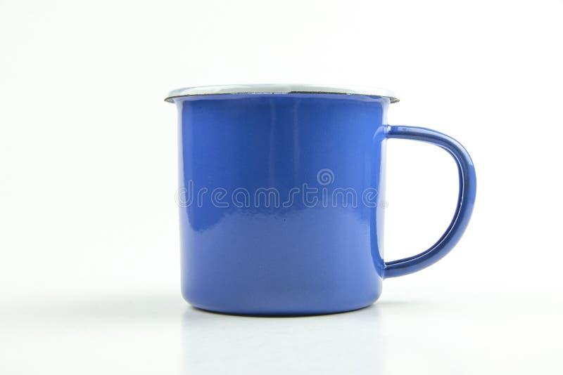 Aislante azul de la taza de la lata en el fondo blanco foto de archivo libre de regalías