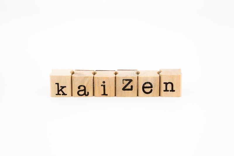 Aislante de la fraseología de Kaizen en el fondo blanco fotos de archivo
