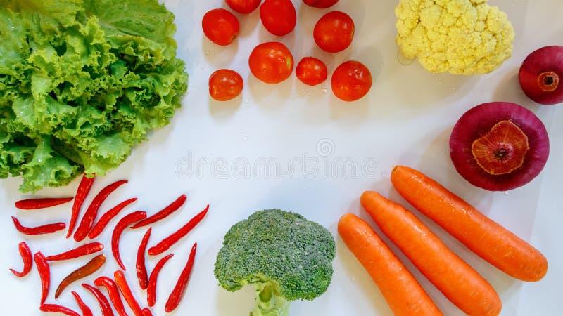 Aislante de los chiles de Blocolli de la cebolla del tomate de la lechuga en el fondo blanco fotos de archivo libres de regalías