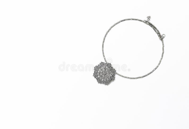 Aislante de plata del collar del diseño en el fondo blanco, diseño hermoso del collar de la muchacha en forma de la flor imagenes de archivo