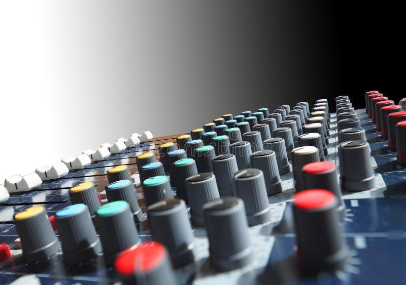 Aislante del equalizador análogo para el mezclador de sonidos con el botón y la línea redondos botón imágenes de archivo libres de regalías