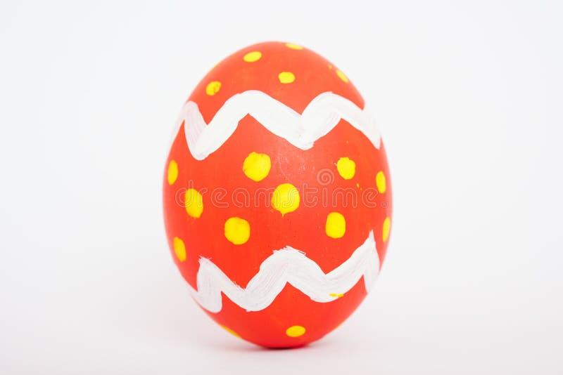 Aislante rojo hermoso del color del huevo de Pascua en blanco foto de archivo libre de regalías