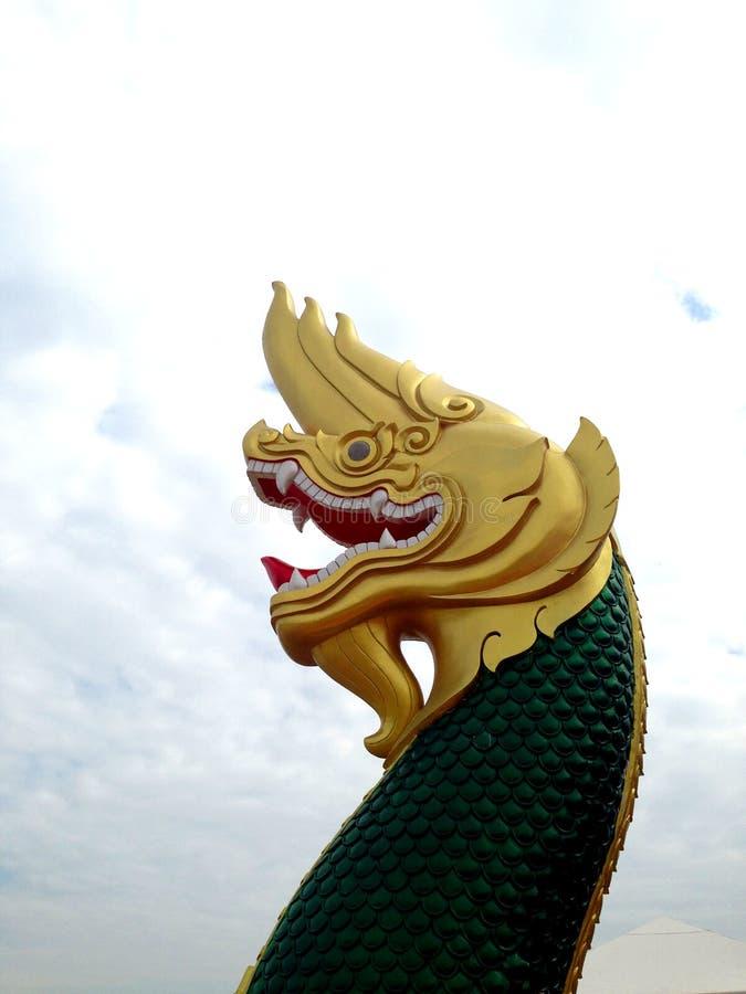 Aislante tailandés de la estatua del Naga en el fondo blanco imágenes de archivo libres de regalías