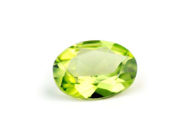 Aislante verde natural brillante del peridot en blanco foto de archivo