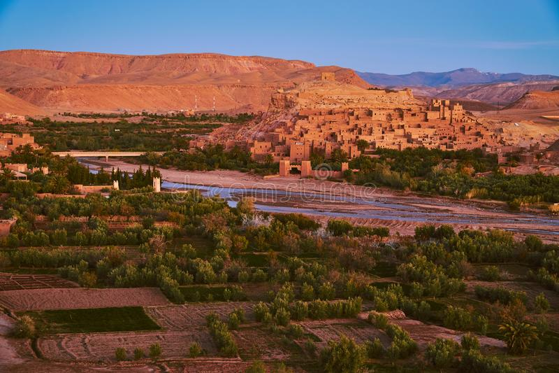 Ait本Haddou kasbah和绿洲在日出前 库存图片