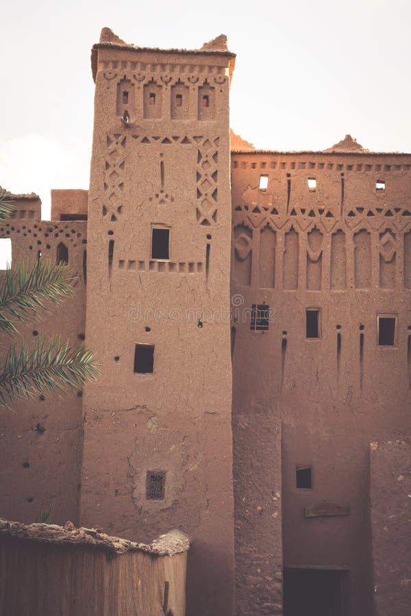 Ait Benhaddou укрепленный город, или ksar, вдоль бывшего автомобиля стоковое изображение rf
