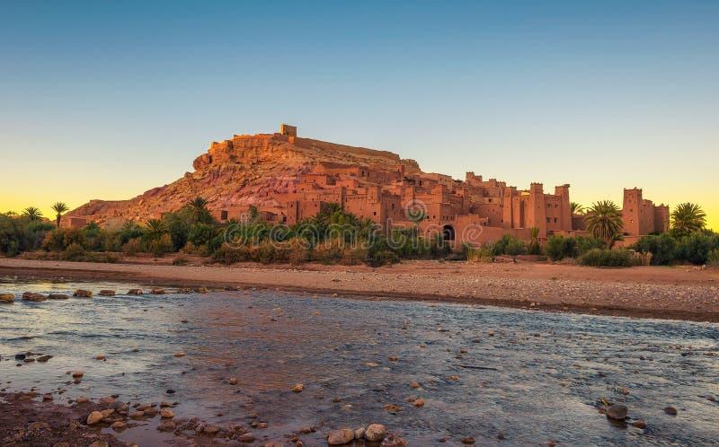 Ait Benhaddou com o rio de Asif Ounila em Marrocos no por do sol imagem de stock royalty free