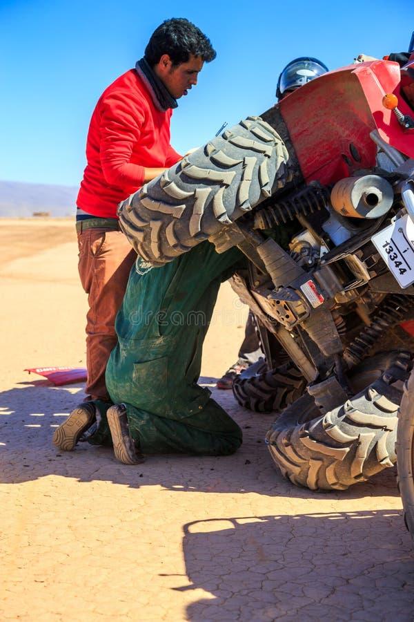 Ait Saoun,摩洛哥- 2016年2月22日:设法的人修理汽车在沙漠 图库摄影
