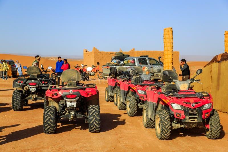 Ait Saoun,摩洛哥- 2016年2月22日:集会汽车儿童车在沙漠 库存图片