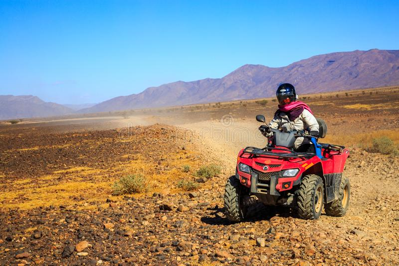 Ait Saoun, Марокко - 22-ое февраля 2016: Велосипед квада катания человека на песке стоковое изображение rf