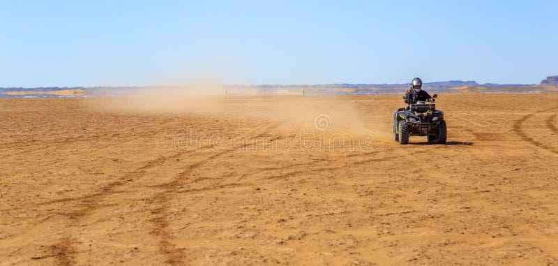 Ait Saoun, Марокко - 22-ое февраля 2016: Велосипед квада катания человека на песке стоковая фотография rf
