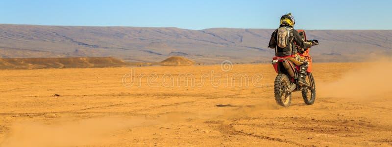 Ait Saoun, Марокко - 22-ое февраля 2016: Редкий взгляд человека в велосипеде катания шлема в пустыне Ait Saoun Марокко стоковая фотография