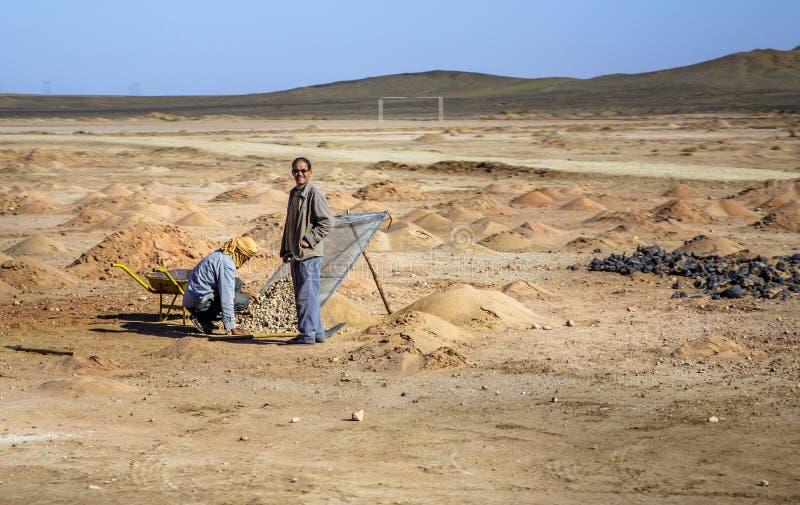 Ait Saoun, Марокко - 22-ое февраля 2016: Человек используя винтажное оборудование фильтра песка стоковое фото rf
