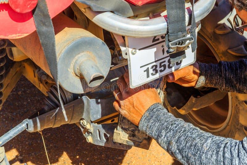 Ait Saoun, Марокко - 23-ье февраля 2016: Конец-вверх человеческой руки ремонтируя велосипед стоковая фотография