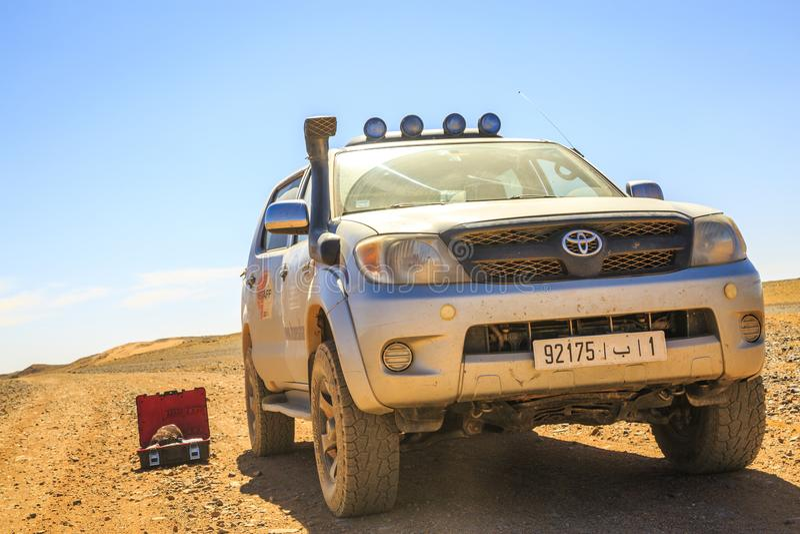Ait Saoun, Марокко - 23-ье февраля 2016: Неподвижная пустыня Тойота Hilux стоковое изображение