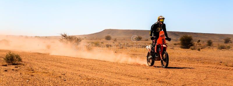 Ait Saoun, Marokko - 23. Februar 2016: Bemannen Sie Reitviererkabelfahrrad in Ait Saoun-Wüste in Marokko stockbild