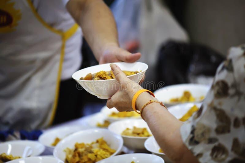 Aiutando il povero nella società donando alimento: Il concetto di fame fotografia stock libera da diritti