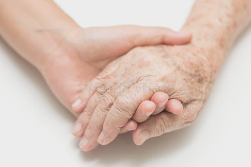 Aiuti il concetto, le mani amiche per cure domiciliari anziane fotografie stock