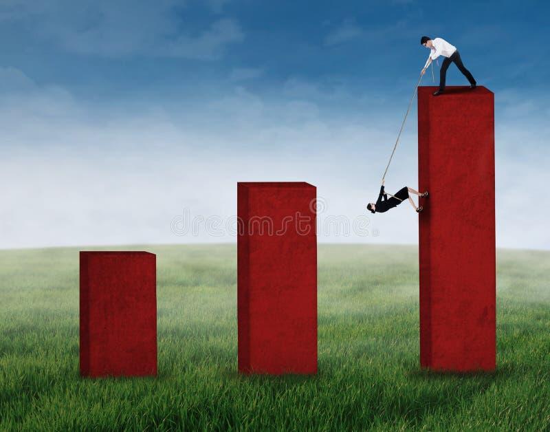 Aiuto dell'uomo d'affari il suo socio commerciale 3 illustrazione di stock