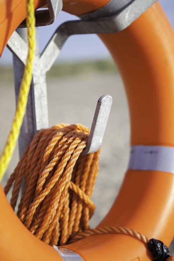 Aiuto di galleggiabilità del risparmiatore di vita con la corda arancio fotografia stock