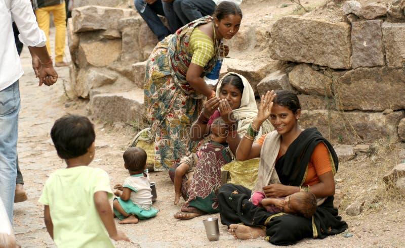 Aiuto indiano di ricerca dei mendicanti immagini stock