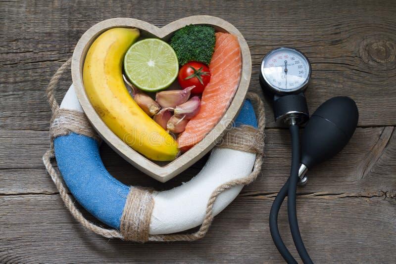 Aiuto per il concetto dell'alimento di dieta di salute dell'estratto del cuore con il salvagente immagini stock libere da diritti
