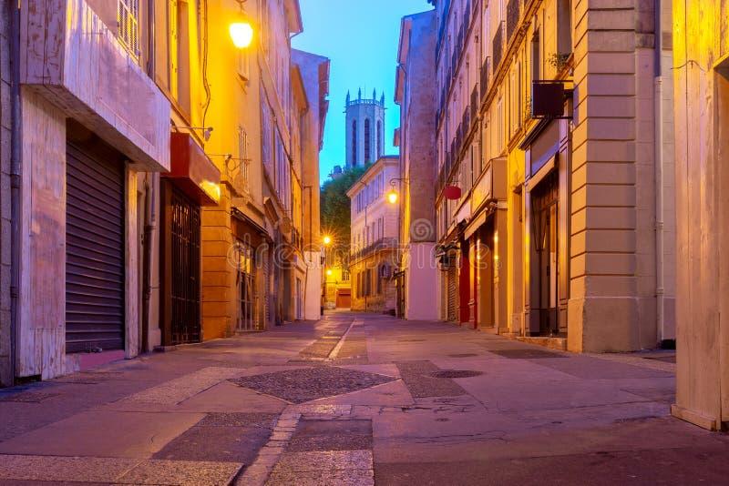 Aix-en-Provence Rua estreita velha no centro histórico da cidade imagens de stock royalty free