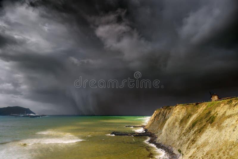 Aixerrota磨房在有风雨如磐的云彩的格乔 库存照片