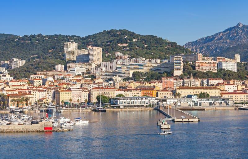 Ajacio, paisaje urbano costero, puerto con el puerto deportivo imágenes de archivo libres de regalías
