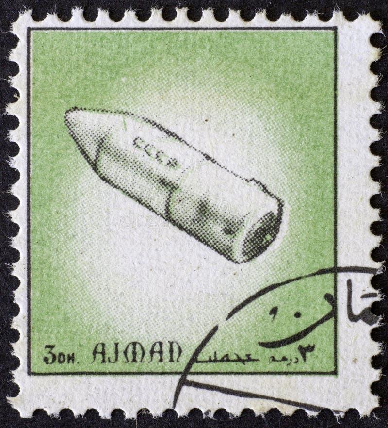 AJAJMAN/MANAMA - CIRCA 1972: Postzegel door Ajman over geschiedenis van ruimte wordt gedrukt die, stock afbeeldingen
