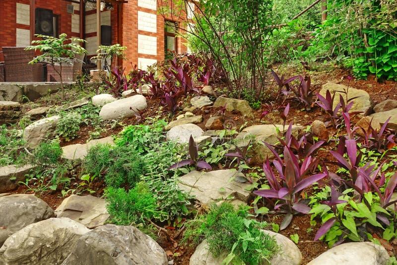 Ajardinar natural da pedra Jardim decorativo do quintal Casa Ter fotos de stock