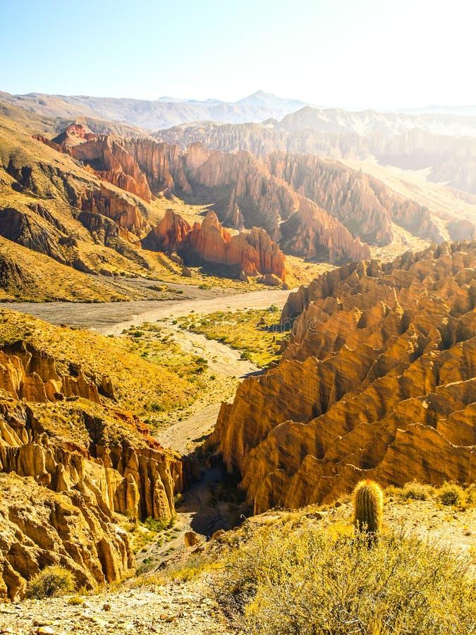 Ajardine alrededor de Quebrada de Palala Valley con formaciones de roca de punta erosionadas, paso del EL Sillar cerca de Tupiza, fotografía de archivo libre de regalías